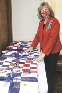 Pamela Hottari, chiếc ghế cờ của bang DAR, đã thiết kế sáu cây bút lông tùy chỉnh để phân phát cho những người chơi trong khu vực.  Ảnh của Nicholas Buckleys